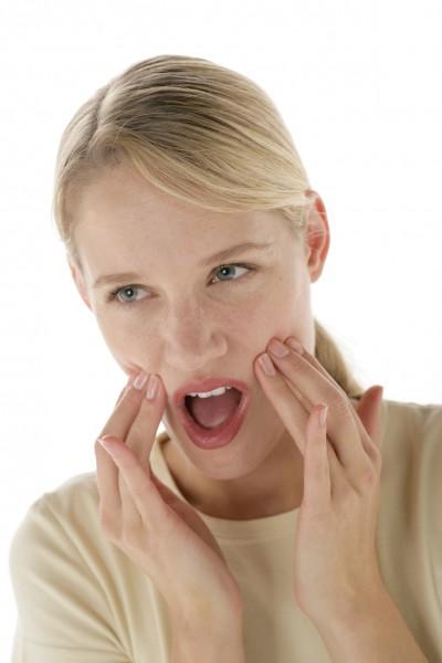 """BU: Funktionsanalyse erkennt Störungen des Kieferbereichs Weder ist der Begriff sonderlich populär noch geht er einfach über die Zunge: die Craniomandibuläre Dysfunktion (CMD) ist ein wahrer """"Zungenbrecher"""". Dabei ist die CMD keine exotische Krankheit, die nur einige wenige Menschen betrifft. Vielmehr tritt die """"Fehlstellung der Kiefergelenke"""" überaus häufig in Erscheinung. Nun hat nicht jeder Mensch, der Kopfschmerzen kennt, eine CMD. Dennoch lohnt sich bei stetig wiederkehrenden Schmerzen häufig der Gang zum Zahnarzt. Die Verwendung dieses Bildes ist nur für redaktionelle Zwecke und ausschließlich in Bezug auf das Thema Zahnmedizin gestattet. Die Bearbeitung des Bildes ist nicht erlaubt, mit Ausnahme der Verkleinerung oder Vergrößerung sowie der technischen Aufbereitung zum Zweck der optimalen Vervielfältigung. Die Weitergabe dieses Bildes an Dritte und insbesondere der honorarpflichtige Vertrieb/die Speicherung in Bilddatenbanken ist untersagt. Der Abdruck ist ausschließlich unter Nennung der Quellenangabe: """"proDente e.V."""" honorarfrei. Erzeugt mit Caption Writer II."""